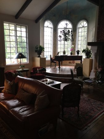 Oakhurst, Kalifornia: Living room for all to share with piano and television