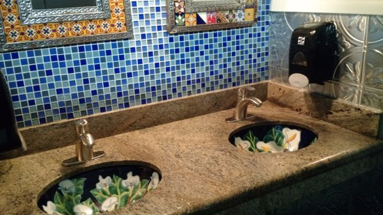 San Leandro, Californie : Women's bathroom with beautiful floral sinks