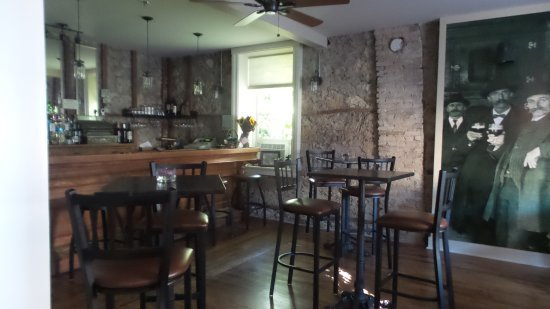 Cedarburg, WI: bar on first floor of Inn