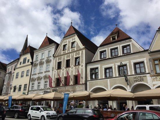 Steyr, Österreich: 赤い旗の建物がホテル