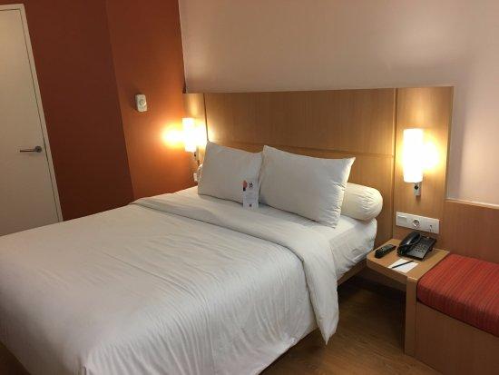 Ibis Bandung Trans Studio: Bed dengan bantal dan guling yang nyaman