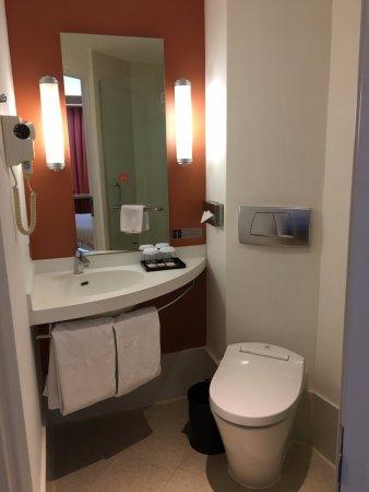 Ibis Bandung Trans Studio: Kamar mandi compact namun tidak sempit