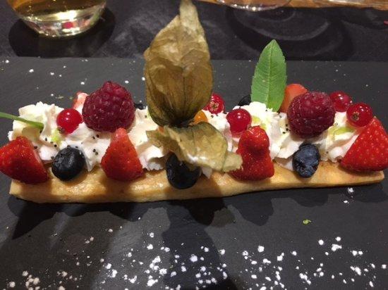Thollon-les-Mémises, France : Sablé maison aux fruits de saison sur une crème yuzu