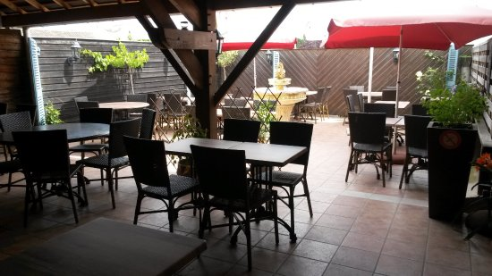 Craon, Frankrig: En été, profitez notre patio et terrasse sur l'arrière
