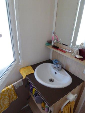 La Motte-d'Aigues, França: Il faut s'enfermer pour faire sa toilette