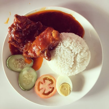 Sitiawan, Малайзия: Ayam Masak Merah (2 piece of chicken thigh) + Rice
