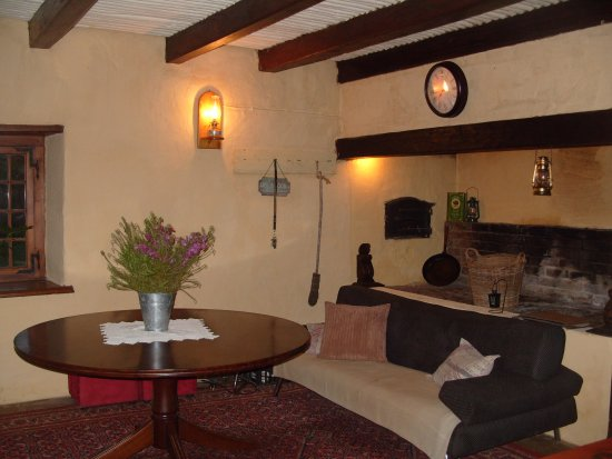 Swellendam, Sudáfrica: Lounge and Fireplace are