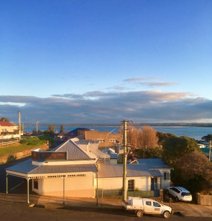 Stanley, Australien: View from same level as room out window near hallway