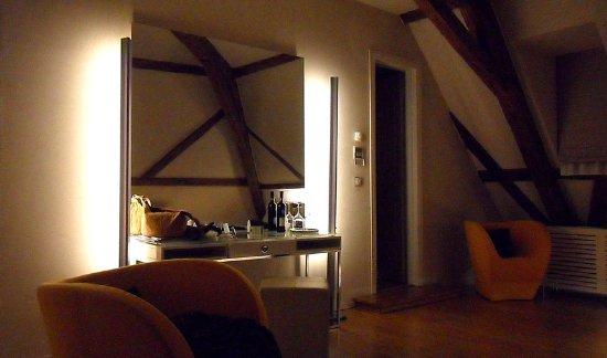 Hotel Three Storks: Suite sous les toits, petit salon, coiffeuse...