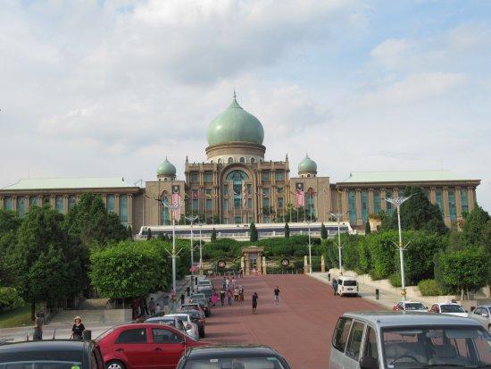 Perdana Putra: 建物外観