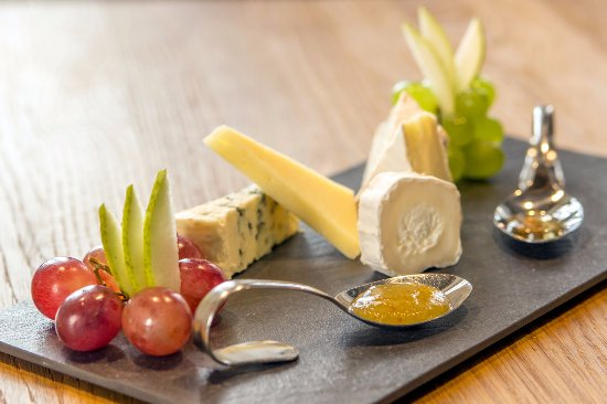 Santini Garden: Selection of cheeses with fig jam and truffle honey