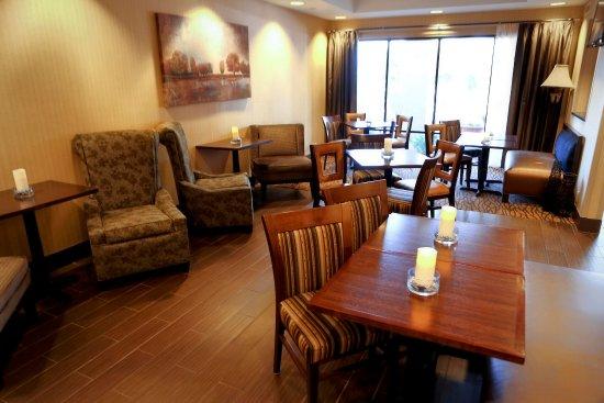 Hampton Inn Eau Claire: Breakfast Eating