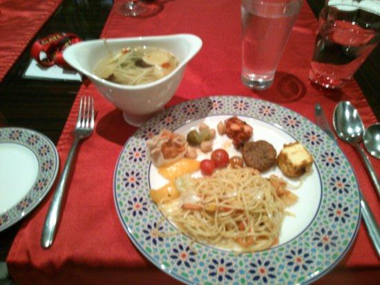 DoubleTree by Hilton Gurgaon-New Delhi NCR: ホテルレストランでのビュッフェディナー、色んな料理がちょっとずつ楽しめました。タイのトムヤムスープは自分で調味料を調整するのですが、すぐ辛くなるのでチリなど入れすぎ注意です