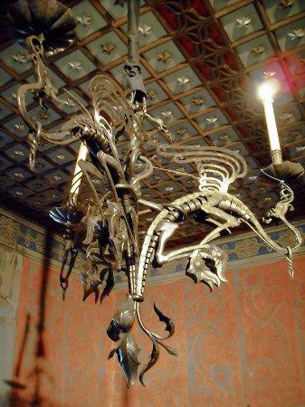 Interno del castello, lampadario - Foto di Borgo Medievale, Torino ...