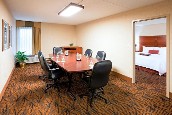 Hampton Inn Boston-Logan Airport: Boardroom Suite