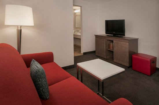 Hampton Inn & Suites Milwaukee Downtown: Guest Room Living Area