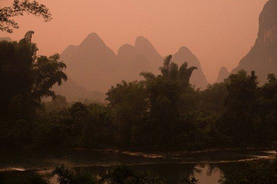 Yangshuo Mountain Retreat: 夕暮れ時に二階のベランダから