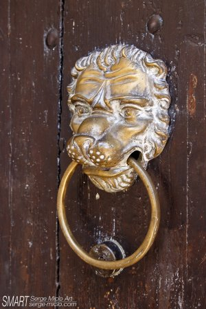 Aurons, Frankrijk: Heurtoir porte d'entrée