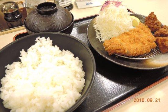 Hofu, Japan: 唐揚げとトンカツのセットになった定食