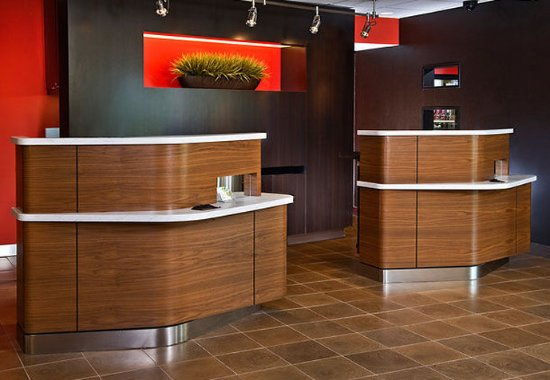Courtyard Raleigh Cary: Welcome Pedestals