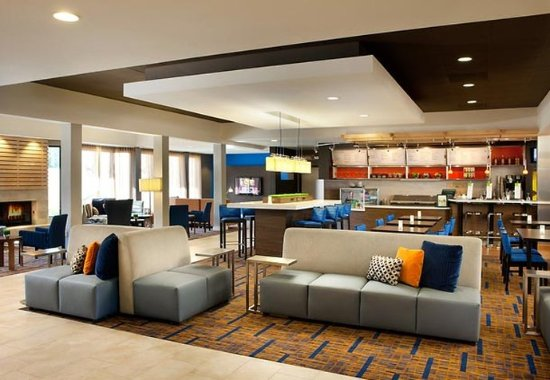 Laguna Hills, CA: Lobby - Communal Tables and The Bistro