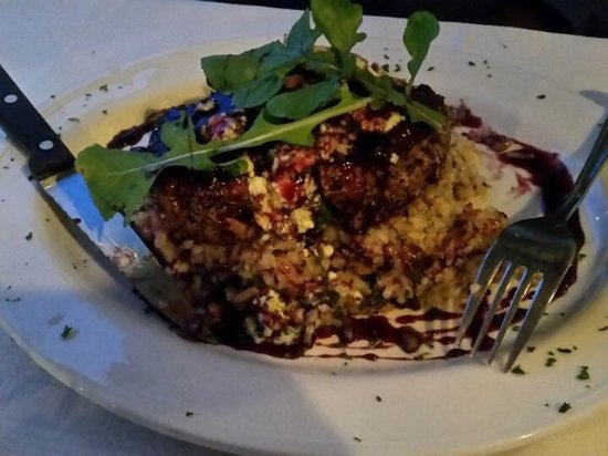 Kloof, Sydafrika: Pepper-crusted fillet steak on mushroom Risotto, topped with blue cheese and rocket, and drizzle