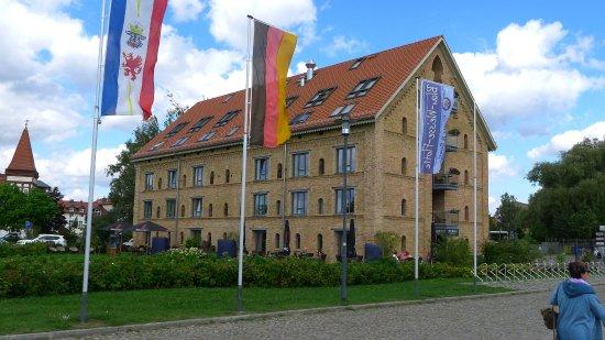 Neustrelitz, Alemania: Blick auf das Hotel von der Strasse aus
