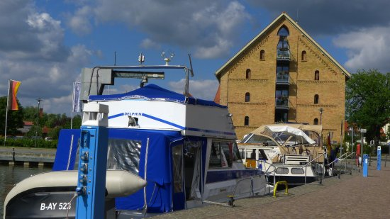 Neustrelitz, Alemania: Blick auf das Hotel vom Hafen aus