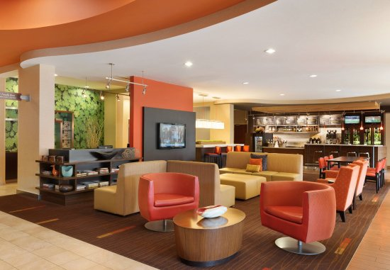 Courtyard Peoria: Lobby and Bistro