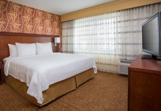 Peoria, IL: King Suite - Sleeping Area