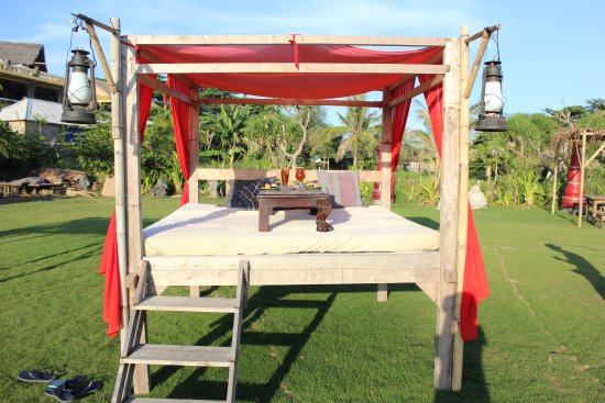 Hotel Tugu Bali: huge sun lounges