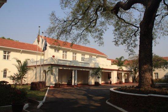 The Victoria Falls Hotel: ENTRADA DEL HOTEL