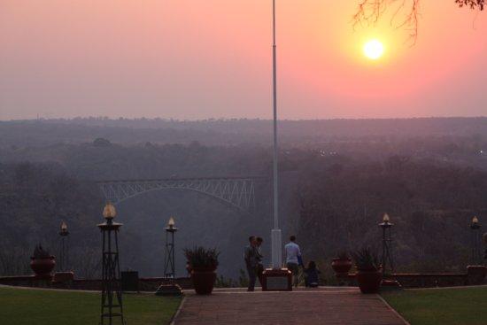 The Victoria Falls Hotel: VISTA DEL PUENTE EN LA PUESTA DEL SOL