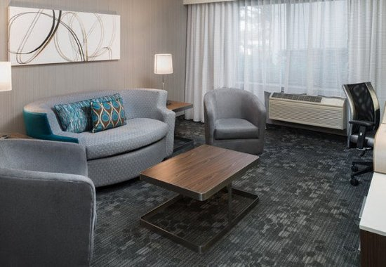 Vacaville, CA: King Suite - Living Area