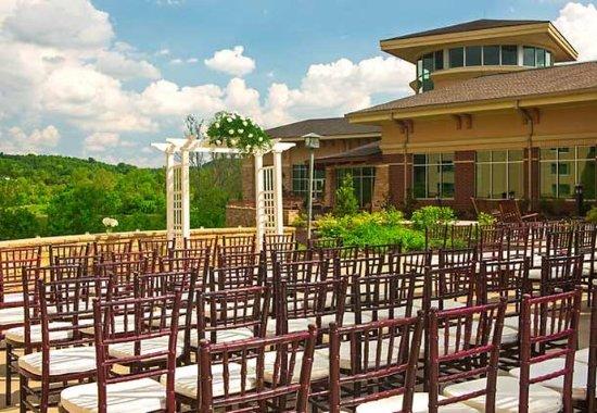 Kingsport, TN: Courtyard Wedding Ceremony