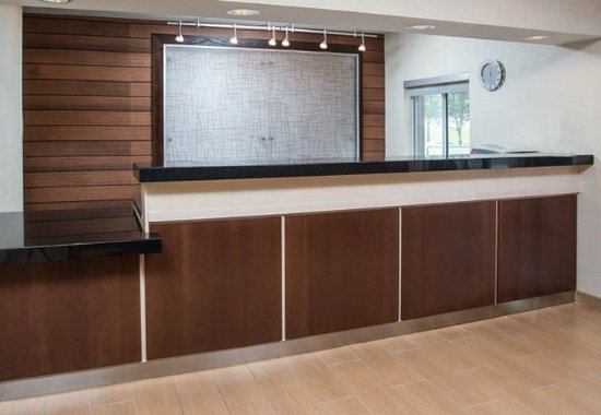 Fairfield Inn & Suites Branson: Front Desk