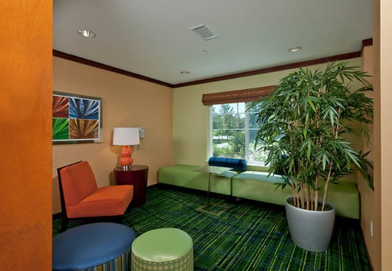 Fairfield Inn & Suites Brunswick Freeport: Lobby Sitting Area