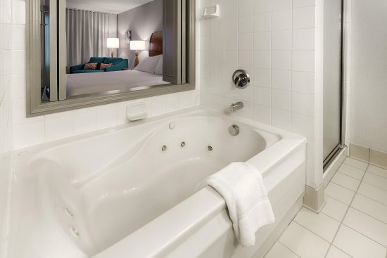 Twinsburg, OH: Whirlpool Suite Bath