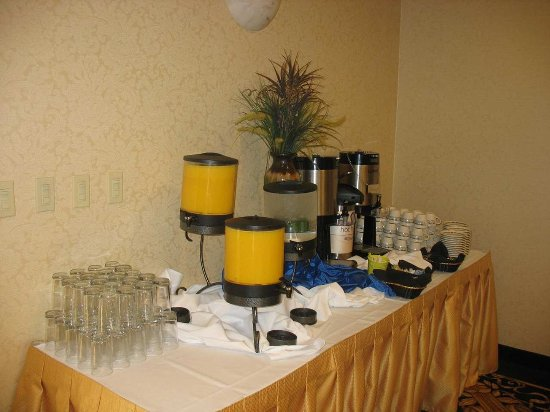Hilton Garden Inn Champaign/ Urbana: Coffee, Water and Juice