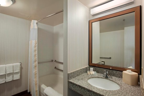 Hoffman Estates, IL: Accessible Guest Bathroom