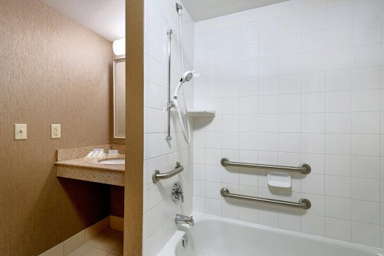 Auburn, Мэн: Accessible-Room-Bathroom-with-Accessible-Tub