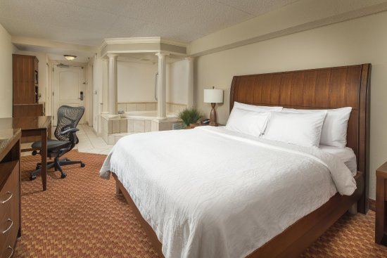 Hilton Garden Inn Chattanooga / Hamilton Place: King Bed with Whirlpool and Desk