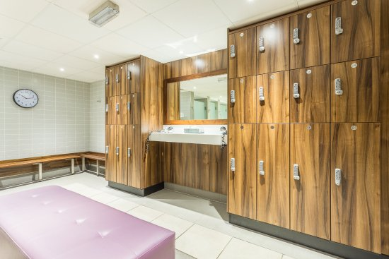 Charlton Kings, UK: Lockers and changing rooms - refurbished 2016