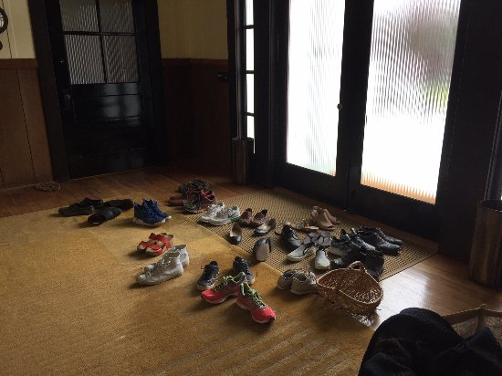 Albion, Califórnia: a family of shoes at the front door.