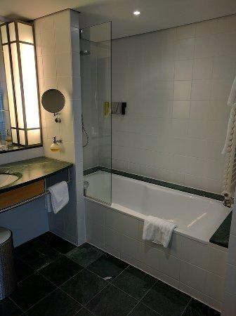 The Mandala Hotel: Die Wanne im riesigen Badezimmer.