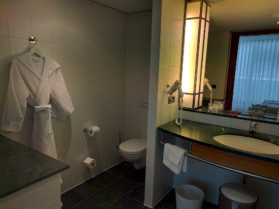 The Mandala Hotel: Riesiges Badezimmer.