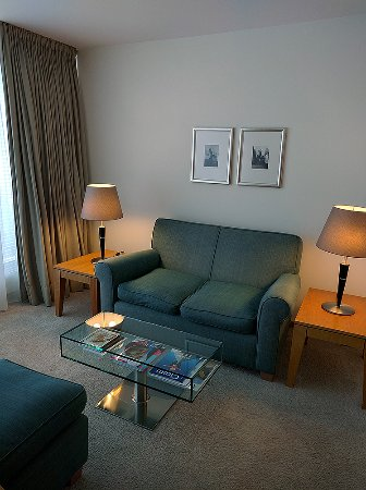 The Mandala Hotel: Couch in der Suite.