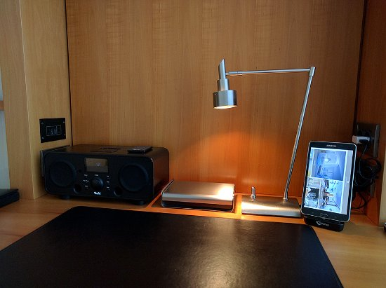 The Mandala Hotel: Der Schreibtisch mit Suite-Pad, Anlage und sonstigen Utensilien (im Behälter).