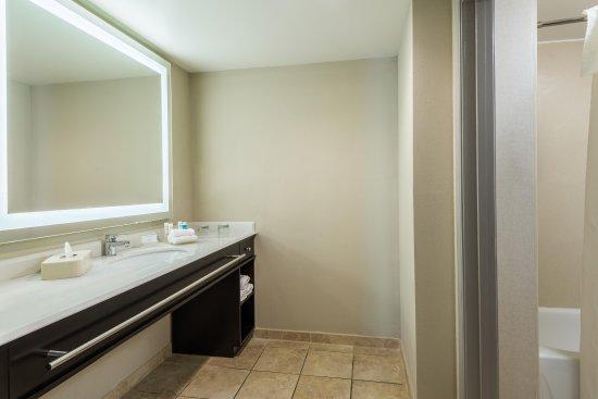 Maryland Heights, Missouri: 1 King 2 Queen Beds 2 Bedroom Bath