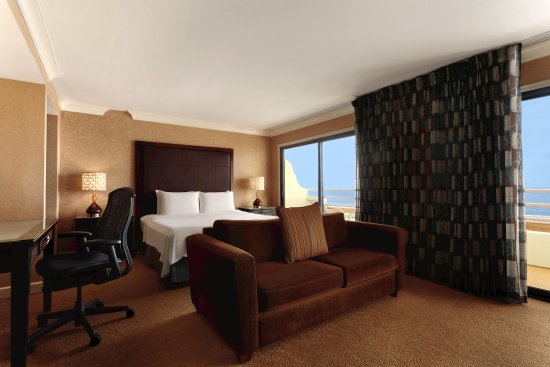 The Waterfront Beach Resort, A Hilton Hotel: Oceanfront King